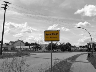 Ortsschild Neulußheim in schwarz-weiss