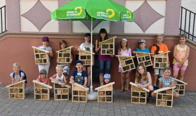 Stolze Baumeister von tollen Insektenhotels