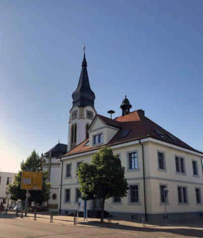 Rathaus Neulußheim Frontansicht und Seitenansicht von rechts