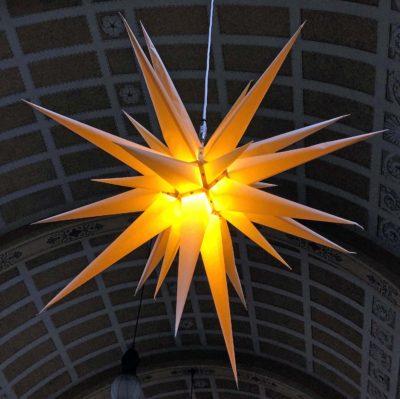 Leuchtender Weihnachtsstern aus der evangelischen Kirche Neulußheim