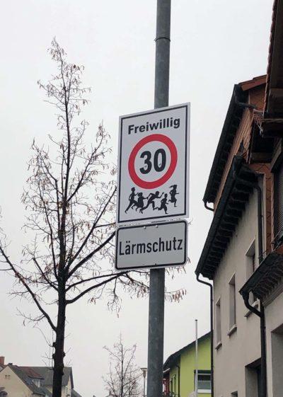 Schild freiwillig Tempo-30 Hockenheimer Straße