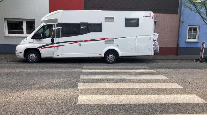 Altlußheimer Straße parkender Camper vor dem Zebrastreifen 29-04-2021