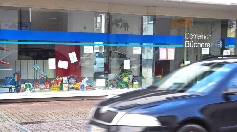 Bibliothek Neulußheim mit vorbeifahrendem Pkw