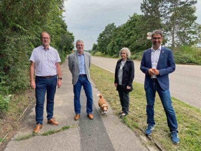 Bürgermeister Gunther Hoffmann (v. l.), Bürgermeister Uwe Grempels, Gemeinderätin Monika Schroth und Dr. Andre Baumann informieren sich vor Ort.