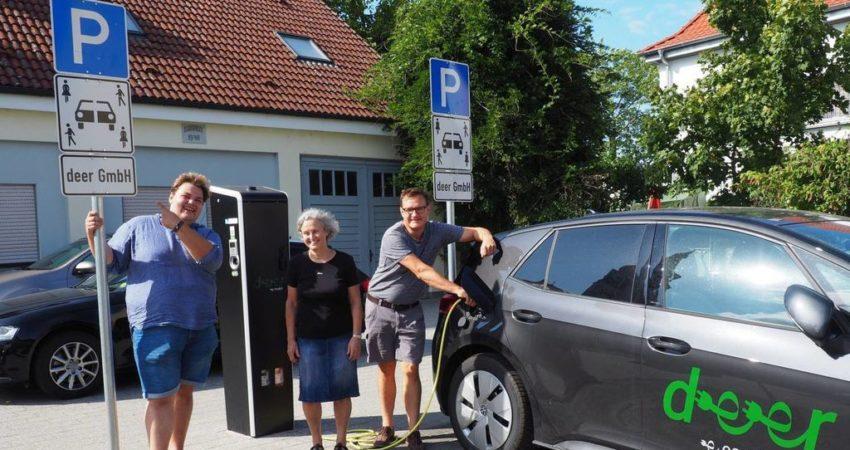 Alexander Mansel, Monika Schroth und Markus Hartmann vor der Deer Ladestation am Rathaus Neulußheim 2021-09-28