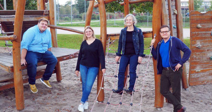 Grüne Fraktion im Gemeinderat Neulußheim mit Klettergerüst im Hintergrund